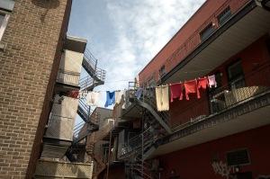 Par temps de grands vents, les cal'çons deviennent les bannières de lavandières.
