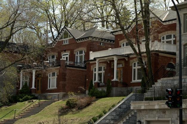 De longs escaliers en façade pour gagner la résidence.