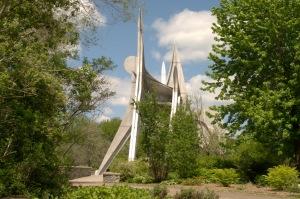 Une sculpture stabile réalisée entièrement en acier inoxydable.