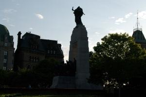 Le monument est une conception de Vernon March, de Farnborough, au Royaume-Uni.