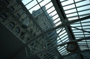 Accès privilégié de la lumière dans la salle des pas perdus