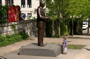 Un regard curieux sur un monument de l'histoire de Montréal.