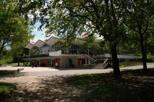 Le Pavillon du Lac-des-castors, un des premiers édifices modernes de la ville de Montréal, est l'oeuvre des architectes Hazen Size et Guy Desbarats