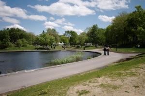 Avec le temps, la rive du lac aux Castors, de forme irrégulière, mais bien définie par une bordure de pierre, est devenue un des sites préférés de la montagne