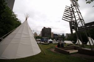 Parc Émilie-Gamelin, la présence autochtone rompt avec la monotonie habituelle