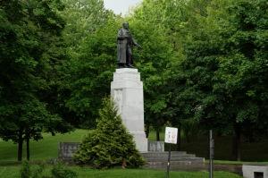 ... il s'abat impitoyablement sur celle de La Fontaine (Un parc lui doit son nom)