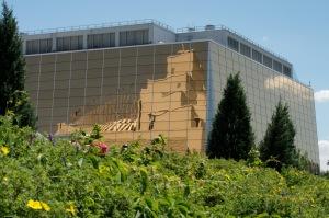 Reflet du casino dans l'ancien pavillon du Canada