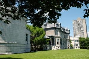 Le CCA se dresse sur l'emplacement de la maison Shaughnessy, construite en 1874 d'après les plans de William T. Thomas et classée monument historique