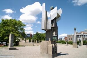 Selon l'artiste montréalais Melvin Charney, le jardin urbain est la réplique à ciel ouvert du CCA