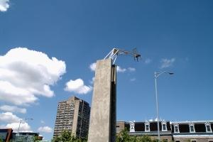 Chaque sculpture fait référence à un morceau d'histoire de la ville, et plus on approche du bâtiment, plus elles deviennent abstraites