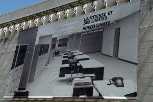 L'exposition traite de la place prépondérante qu'occupe la vitesse dans la vie moderne, de l'art à l'architecture et à l'urbanisme, en passant par les arts graphiques, l'économie et la culture matérielle de l'ère industrielle et de celle de l'information