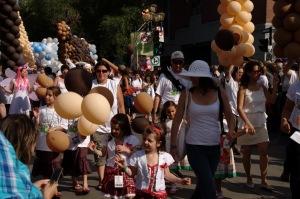 Une foule très dense s'est massée le long du défilé pour participer aux festivités