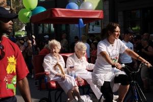 Peggy Clements et Lily Rawlings, deux jumelles de 99 ans, ont ouvert le défilé
