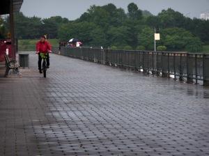 Rouler gaiement sans rouler dans l'eau de pluie