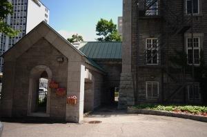 C'est par cette porte verrouillée que j'ai pu accéder aux bâtiments historiques