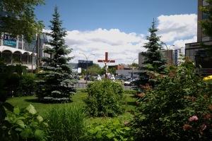 Une croix s'impose à l'extrémité du terrain couronnée d'une abondante végétation
