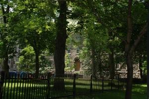 Clôture presque monacale qui sépare l'aile occupée par l'Université de celle encore occupée par les religieuses