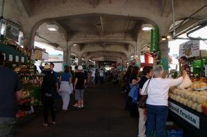 L'occasion d'une belle promenade, sous les arcades, au milieu des saveurs et des odeurs