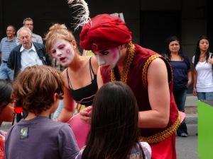 Dialogue et magie... les enfants participent sans hésiter!