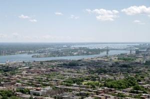 Le port de Montréal, c'est 100 postes à quai d'une longueur totale de plus de 20 kilomètres