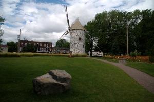 Un magnifique parc met en valeur le moulin à vent