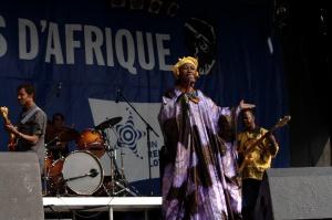 Issue d'une longue lignée de griots, Tapa Diara a baigné dans le chant, le conte et la danse depuis son plus jeune âge
