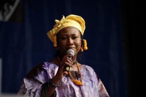 Sa mère, Kandia Kouyaté, est une des plus grandes chanteuses mandingue
