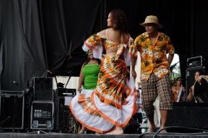 Le séga se danse en dandinant les hanches et en tournoyant sur soi et l'homme autour de la femme (Wikipedia)