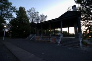 Ce chalet en état de décomposition est celui du Parc Morgan, situé dans l'arrondissement Mercier-Hochelaga-Maisonneuve