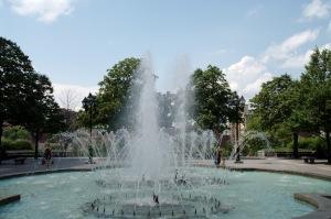 La fontaine rappelle que la place portait le nom de Neptune, de 1858 à 1895, après la démolition de l'ancienne prison. Une fontaine à vasques surmontée par une petite statue du dieu de la mer occupait alors le centre de la place publique
