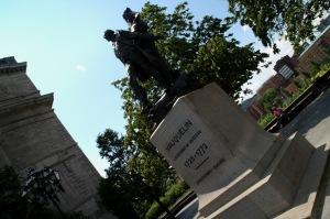 La statue est érigée en 1930 à la suite d'une souscription populaire