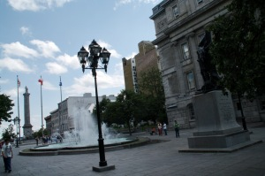La place Vauquelin surplombe les vestiges des fondations des fortifications de Montréal