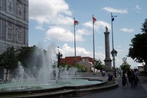 La colonne est d'inspiration dorique et la statue mesure 2,6 mètres