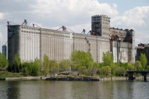 Par sa taille et comme le musée Guggenheim à Bilbao, le silo reste visible depuis de nombreuses rues du Vieux-Montréal
