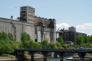 À travers le monde, il existe plusieurs réalisations visant à donner une seconde vie aux silos abandonnés. Sauf à Montréal