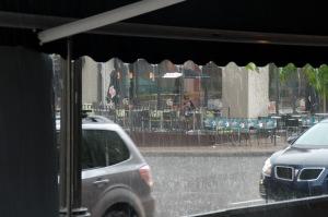 Un brave qui défie l'indésirable pluie