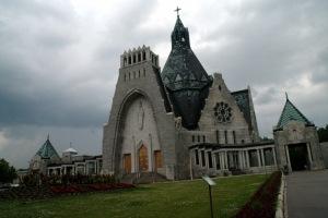 Pour aider à la piété des pèlerins, 15 monuments de bronze représentant les mystères du Rosaire sont érigés dans les jardins entre 1906 et 1910