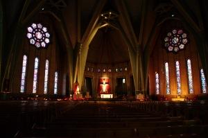Aucune colonne ne gêne la vue aux 1660 personnes qui prennent place dans la basilique