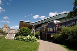 Le CEPSUM, Centre d'éducation physique et des sports de l'Université de Montréal, figure parmi les plus grands complexes sportifs du Québec