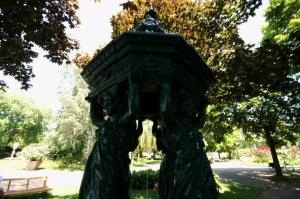 Les fontaines Wallace se présentent sous la forme de petits édicules en fonte répartis principalement sur les trottoirs les plus fréquentés
