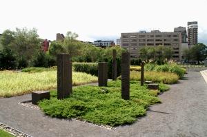 Ce petit jardin a le malheur de côtoyer la place Émilie-Gamelin