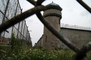 Le mur et la clôture, frontière obligée entre le collège et le centre correctionnel
