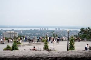 La terrasse, qui a été complètement restaurée et réaménagée en 1992, a été nommée belvédère Kondiaronk en 1998