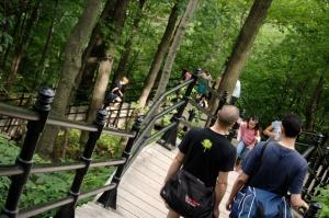 L'accès au belvédère se fait en voiture ou par de longs escaliers qui gravissent la montagne