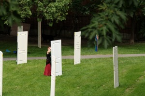 Une porte, une artiste, une œuvre. L'art dans un parc.