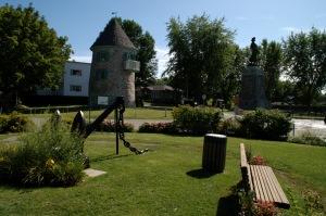 Verchères est Située sur la rive-sud du fleuve Saint-Laurent à 30 kilomètres de Montréal
