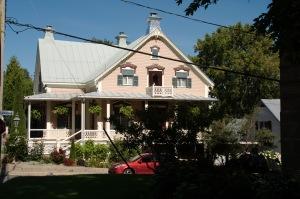 Tous les styles architecturaux, depuis les maisons de ferme d'esprit français datant du XVIIIe siècle en passant par les petites maisons ouvrières anciennes, sont présents à Verchères