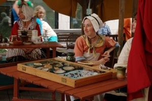 Les paysannes, à l'aide d'artéfacts, expliquent l'histoire