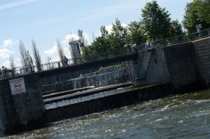 Nous amorçons l'accostage au Vieux-Port de Montréal