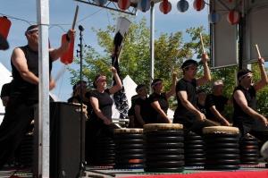 Arashi Daiko signifie tambours de tempête. En 1983, un groupe passionné de tambours japonais fonde Arashi Daiko, le seul groupe de taiko de Montréal et du Québec